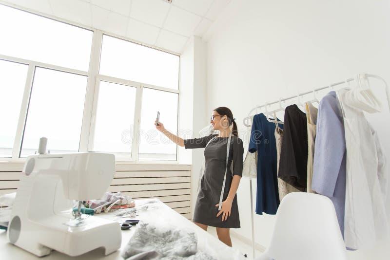 Krawcowej, technologii, projektanta modego i krawczyny pojęcie, - projektant mody bierze selfies nad mannequin zdjęcia stock