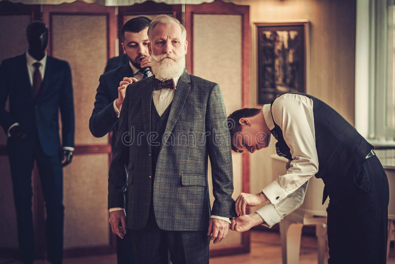 Krawczyna i jego protegowanego pomiarowy klient dla na zamówienie szaty zdjęcia stock