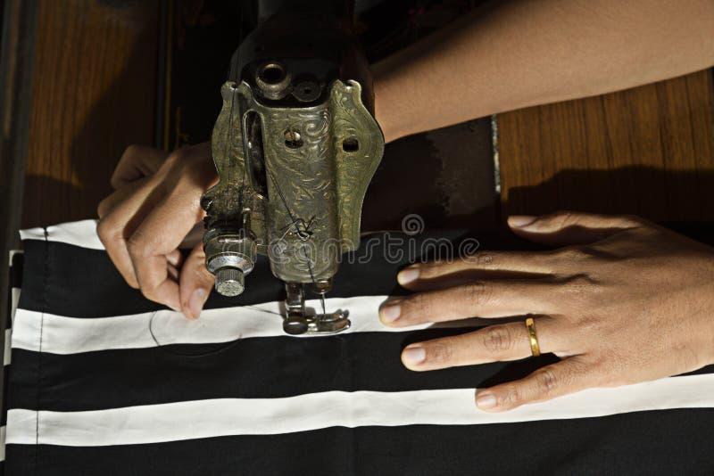 Krawczyna pracuje szący płótno przez starej szwalnej maszyny Odgórnego widoku horyzontalny wizerunek fotografia royalty free