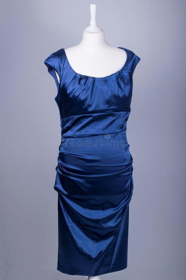 Krawczyny Mannequin ubierał w Błękitnej atłas sukni obrazy stock