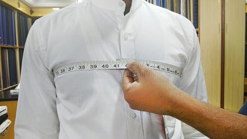 Krawieccy bierze pomiary mężczyzna klatka piersiowa fotografia stock