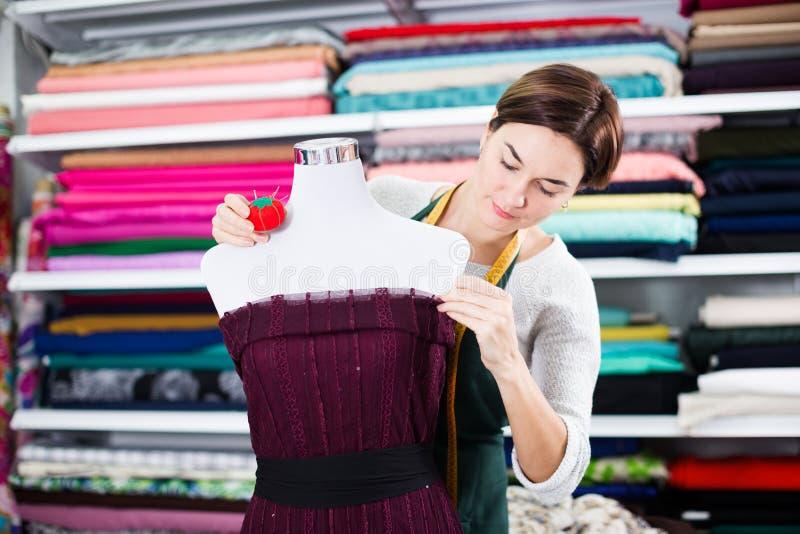 Krawiecki działanie przy suknią obraz stock