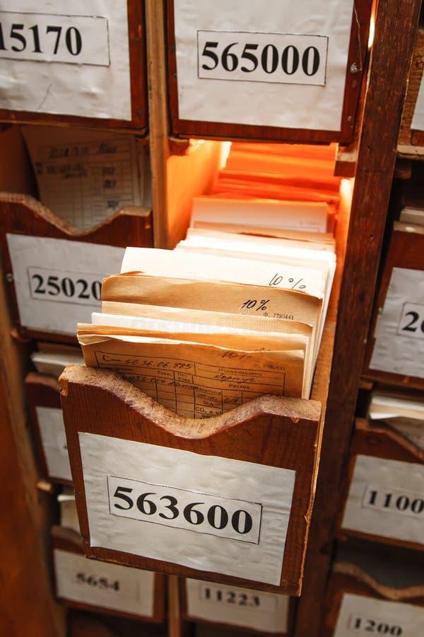 Kreślarz z biznesowymi papierami w archiwum obraz royalty free