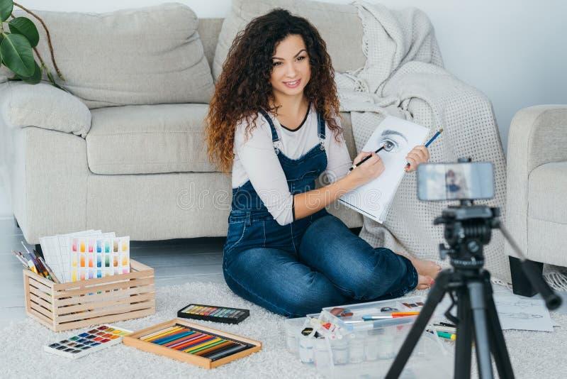Kreślić sztuki online klasowej damy wideo rysunkowego dom fotografia royalty free