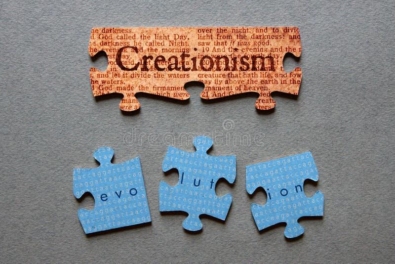 Kreationismus-zusammengebrachte und Entwicklung schlecht zusammengestellte Laubsäge lizenzfreies stockbild