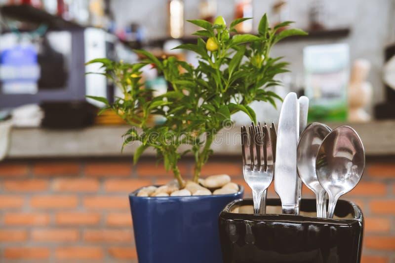 Kreativ auf den Restauranttisch platzierte Küchenutensilien Modernes Design-Hipster-Konzept stockbild