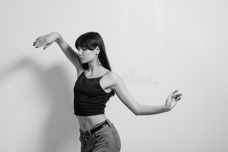 Kreative Anmut der künstlerischen Bewegungen des Modells der Mode stockfotos