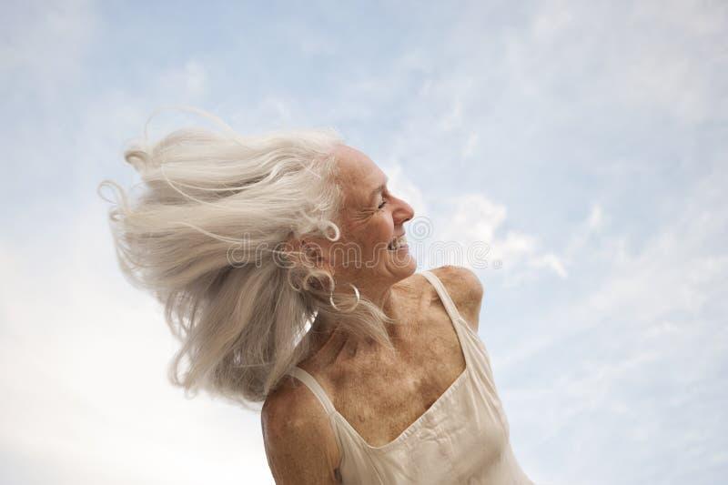 Kreative Ausdrücke einer gesunden glücklichen älteren Frau lizenzfreie stockbilder