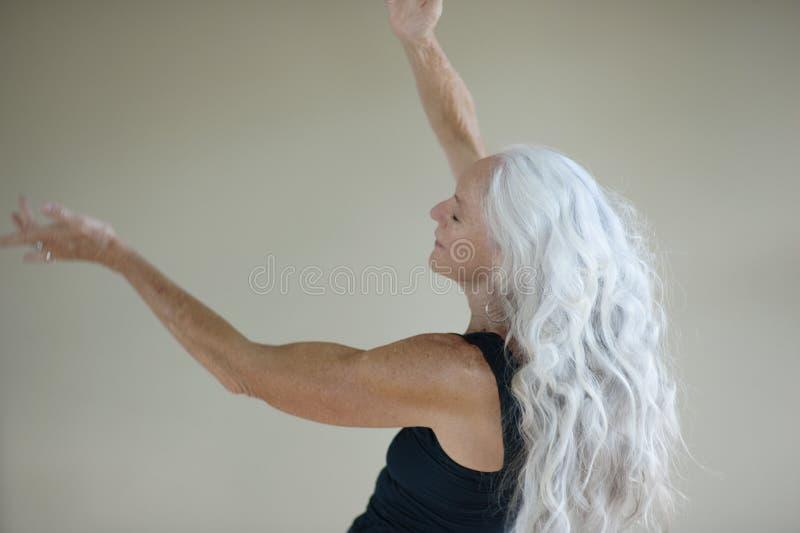 Kreative Ausdrücke einer gesunden glücklichen älteren Frau lizenzfreie stockfotografie