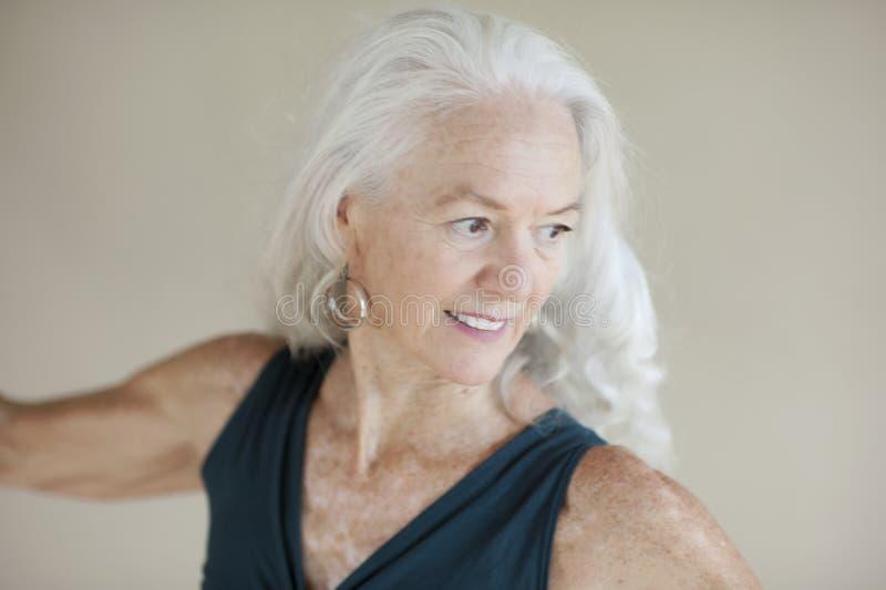 Kreative Ausdrücke einer gesunden glücklichen älteren Frau stockbild