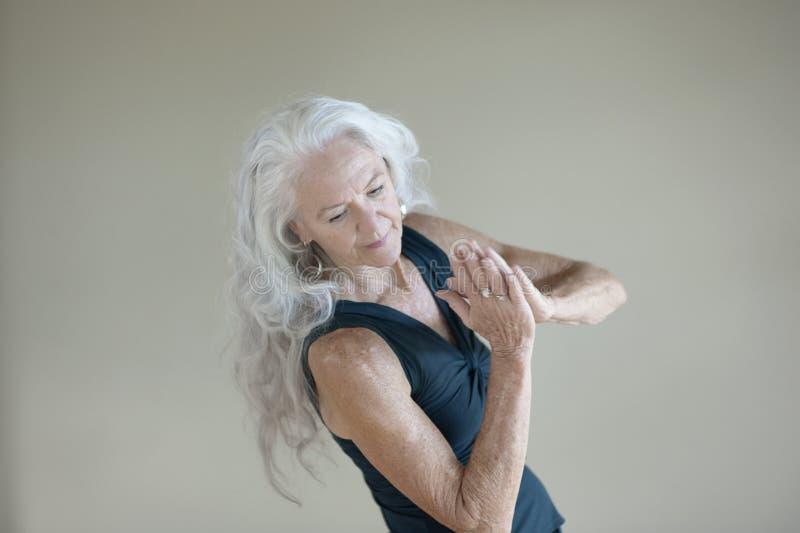 Kreative Ausdrücke einer gesunden glücklichen älteren Frau stockfotografie