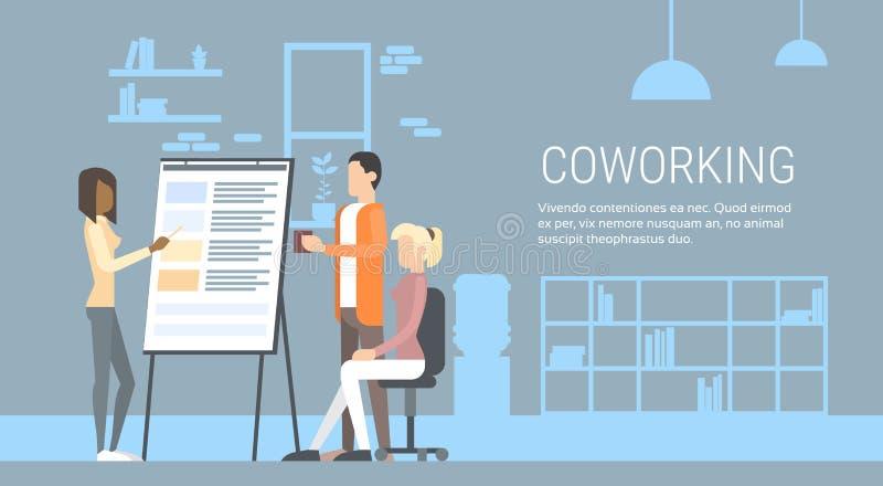 Kreative Büro-Mitte-Leute-sitzende Schreibtisch-Arbeitsdarstellung Flip Chart, Studenten, die Universitätsgelände ausbilden stock abbildung
