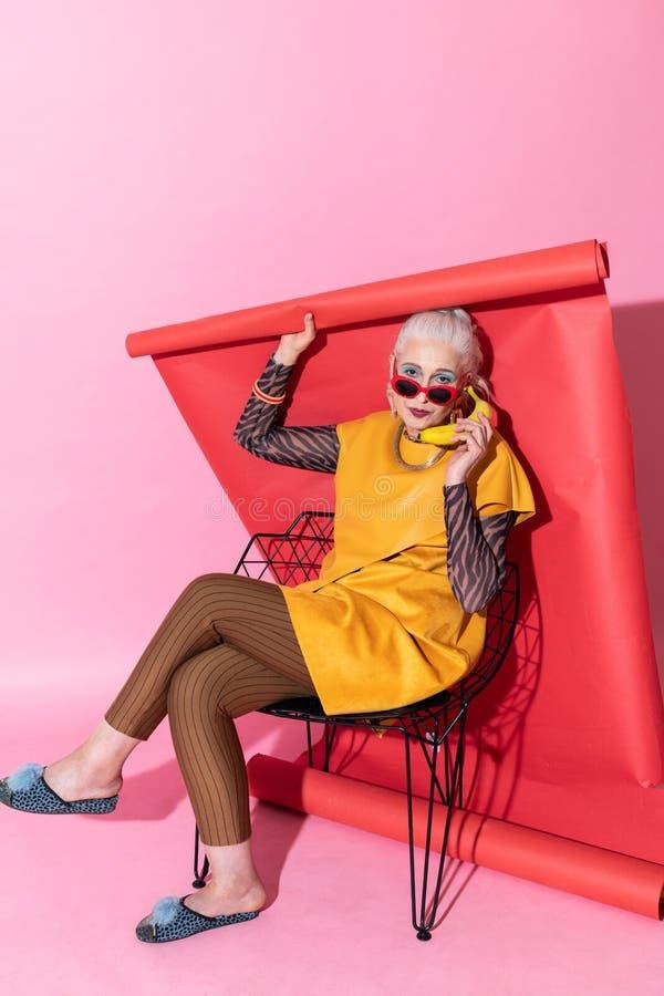 Kreative blonde weibliche Person, die Kamera betrachtet lizenzfreie stockbilder
