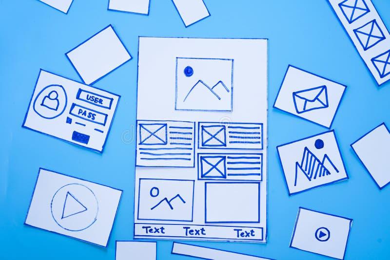 Kreative Designer, die wireframe Skizzenplan-Entwurfsmodell auf Smartphone- oder Tablettenschirm entwerfen lizenzfreie stockfotografie