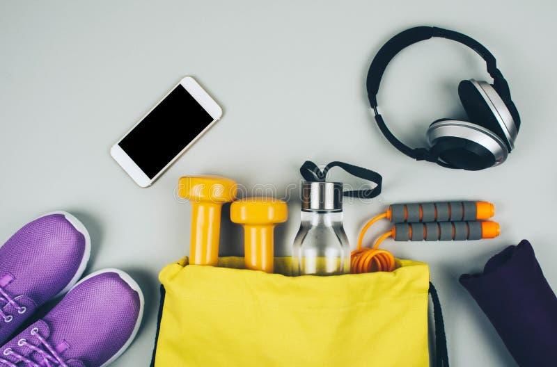 Kreative Ebenenlage von Sport- und Eignungsausrüstungen stockbilder
