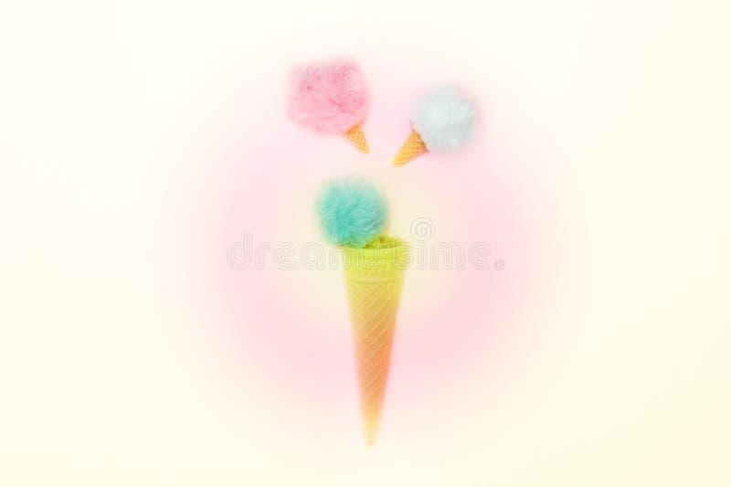 Kreative flache Lage der Draufsicht Pastellfarbdes flaumigen Pelzballs im Eiscreme-Waffelkegel stockbild