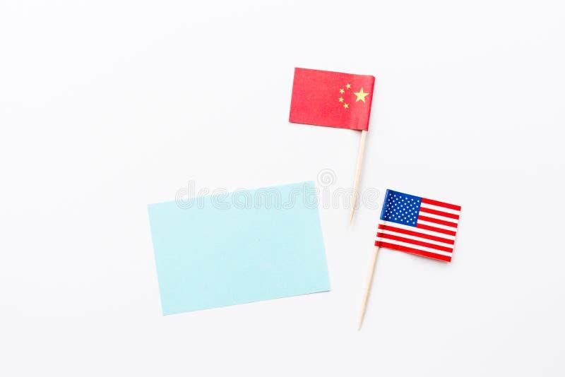 Kreative flache Lage der Draufsicht von China- und USA-Flagge, von Modell und von Kopienraum auf weißem Hintergrund in der minima stockfotografie