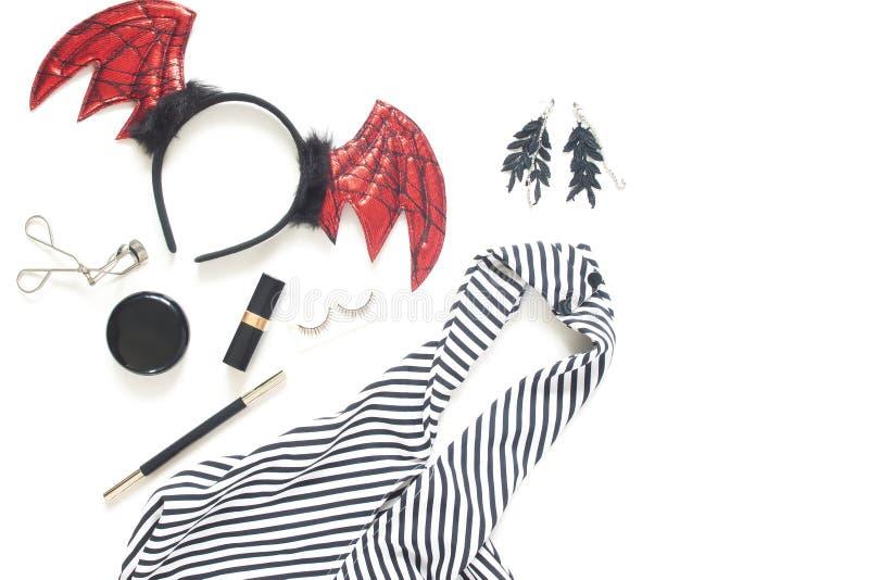 Kreative flache Lage des Frauenkleides und -zusätze für Halloween-Partei auf weißem Hintergrund mit Kopienraum lizenzfreie stockfotografie