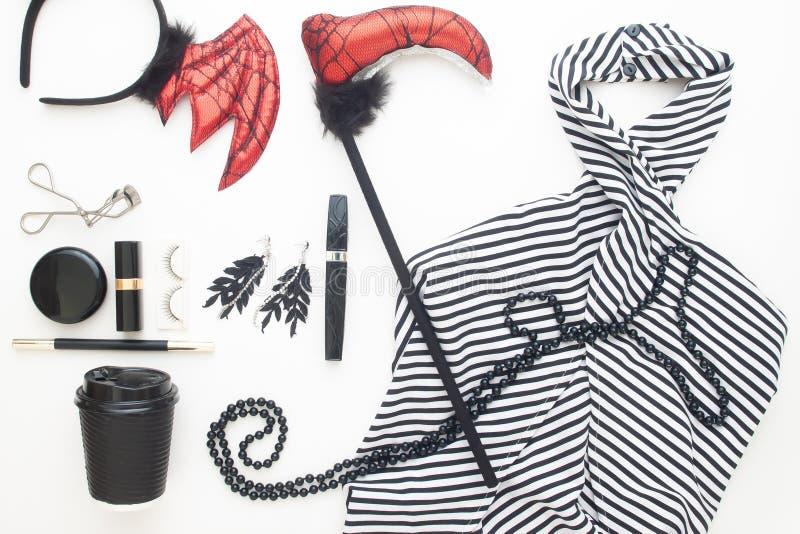 Kreative flache Lage des Frauenkleides und -zusätze für Halloween-Partei auf weißem Hintergrund lizenzfreie stockfotos