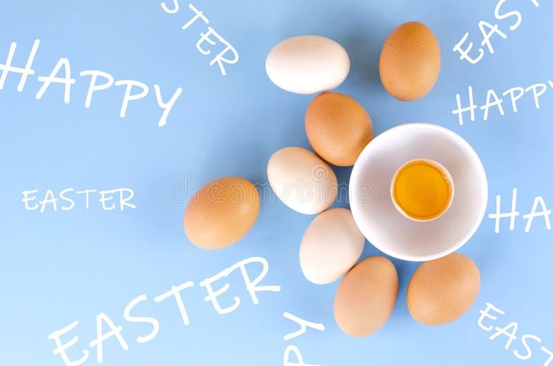 Kreative flache Lage Ostern von den Eiern und von den Aufschriften fröhliche Ostern lizenzfreie stockfotografie