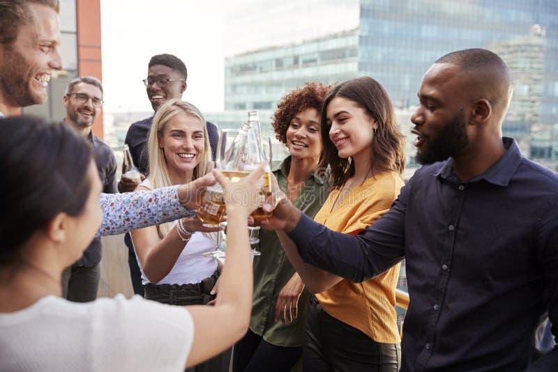Kreative Geschäftskollegen, die Gläser anheben und nach der Arbeit einen Toast mit Getränken machen lizenzfreie stockfotografie