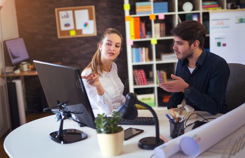 Kreative Geschäftskollegen, die Tischrechner verwenden lizenzfreie stockbilder