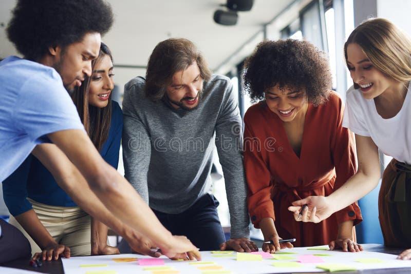 Kreative Geschäftsleute, die mit klebender Anmerkung planen lizenzfreie stockfotos