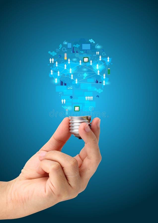 Kreative Glühlampe in der Hand mit Technologiegeschäftsnetz lizenzfreie abbildung