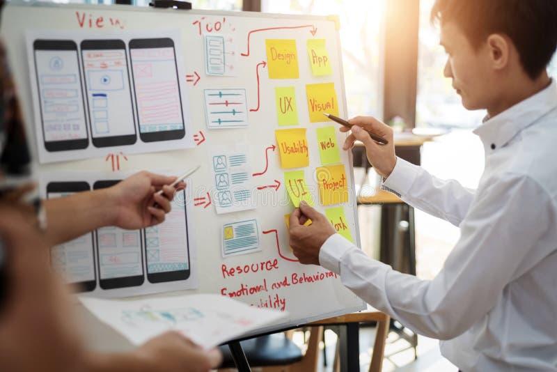 Kreative Gruppe UX-Designers, die über die Planierung des beweglichen Anwendungsprojektes mit klebrigen Anmerkungen arbeitet Benu lizenzfreie stockfotos