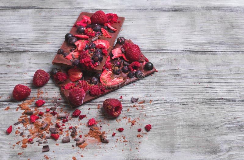 Kreative handgemachte Schokolade mit den frischen und getrockneten Beeren lizenzfreie stockfotos