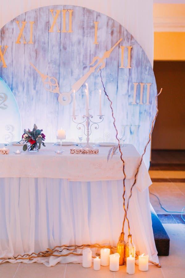Kreative Hochzeitstafel verziert mit Blumen und Kerzen lizenzfreie stockfotos