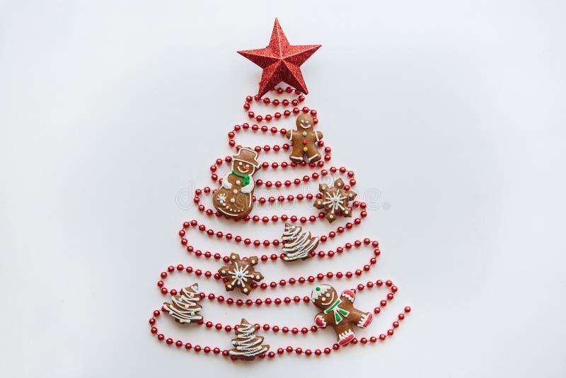 Kreative Idee in der minimalistic Art für Weihnachts- oder des neuen Jahresthemen Ein Weihnachtsbaum gemacht von den Perlen verzi stockbilder