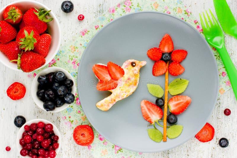 Kreative Idee für das Frühstück des Kindes oder den Nachtisch - Blume von fre lizenzfreies stockbild
