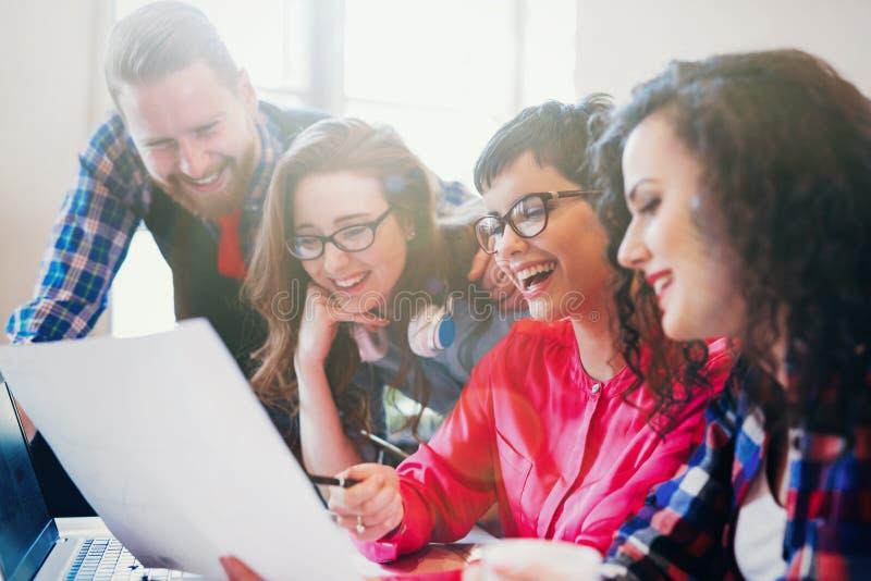 Kreative junge Geschäftsleute und Architekten, die im Büro arbeiten lizenzfreie stockfotos
