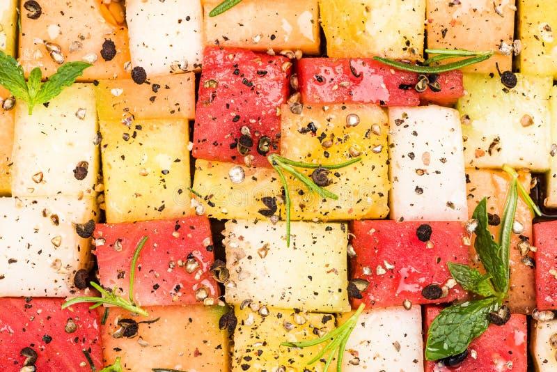 Kreative Partei-Nahrung, Melone und Wassermelonen-Würfel mit Kräutern und Gewürzen stockfotos