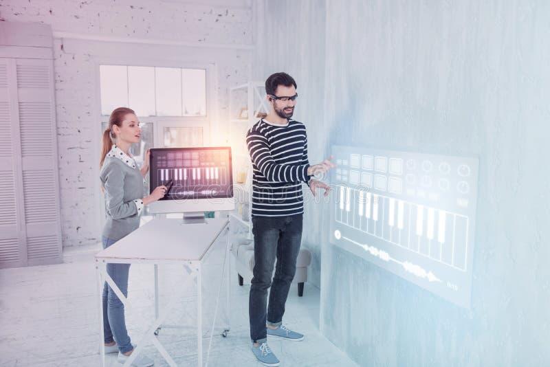 Kreative Programmierer, die beim Arbeiten beeindruckt glauben lizenzfreie stockfotografie