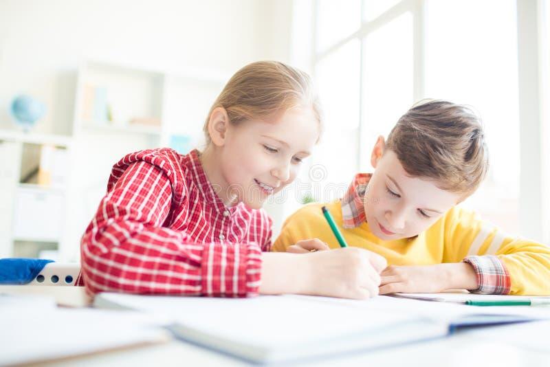 Kreative Schulkinder lizenzfreies stockfoto
