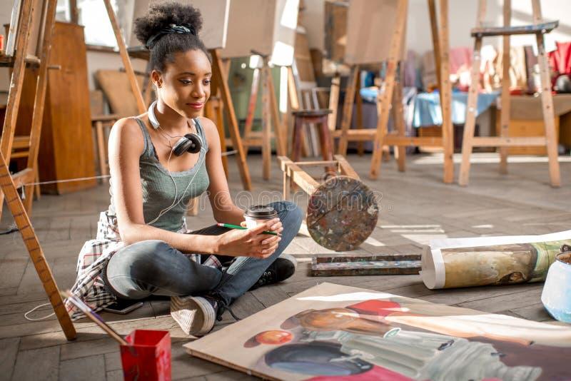 Kreative Studentenmalerei an der Universität stockfoto