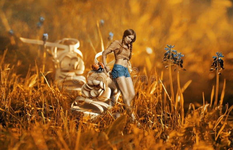 Kreative surreale Fotomontage mit Mädchen nahe dem riesigen Schuh stockfoto