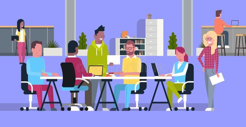 Kreative Team Meeting In Coworking Offices zufällige Geschäftsleute Gruppen-, diezusammen in der modernen Mitarbeiter-Mitte gedan stock abbildung