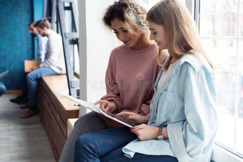 Kreative weibliche Designer, die im Team arbeiten Zwei Geschäftsfrauen, die informelle Sitzung im modernen Büro haben stockfotos