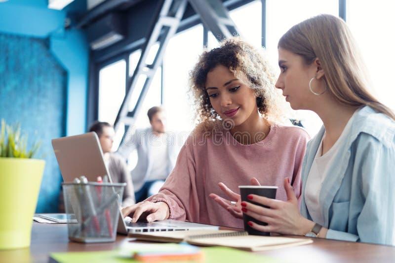 Kreative weibliche Designer, die im Team arbeiten Zwei Geschäftsfrauen, die informelle Sitzung im modernen Büro haben stockbilder