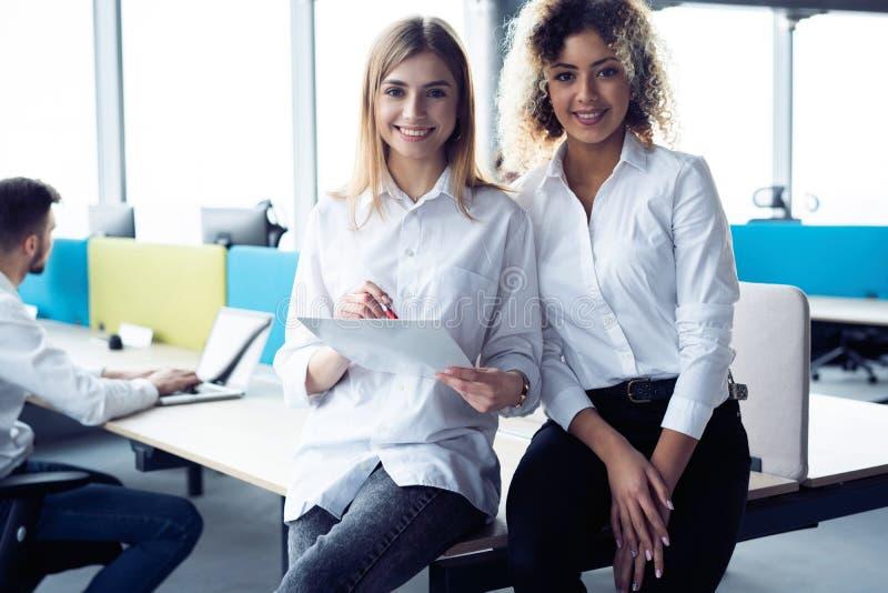 Kreative weibliche Designer, die im Team arbeiten Zwei Gesch?ftsfrauen, die informelle Sitzung im modernen B?ro haben stockfoto