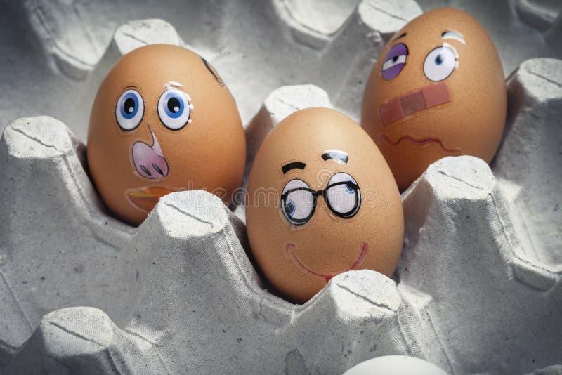 Kreative Weise, Eier für EasterA-Satz lustige Eier mit Mündungen in einem Karton zu verzieren lizenzfreies stockfoto