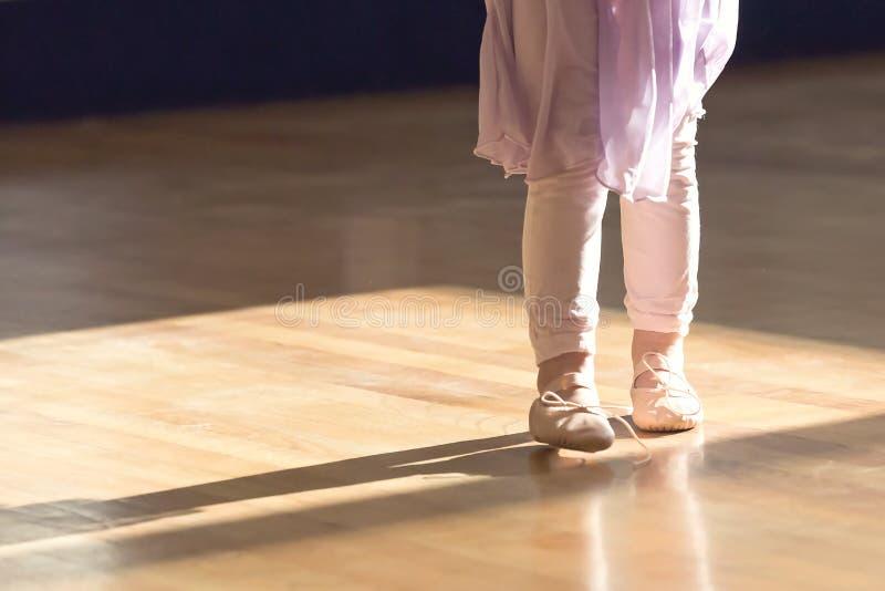 Kreativer Ballett-Abschluss herauf kleines Mädchen in den Ballettpantoffeln und Rock und Strümpfe lizenzfreie stockbilder