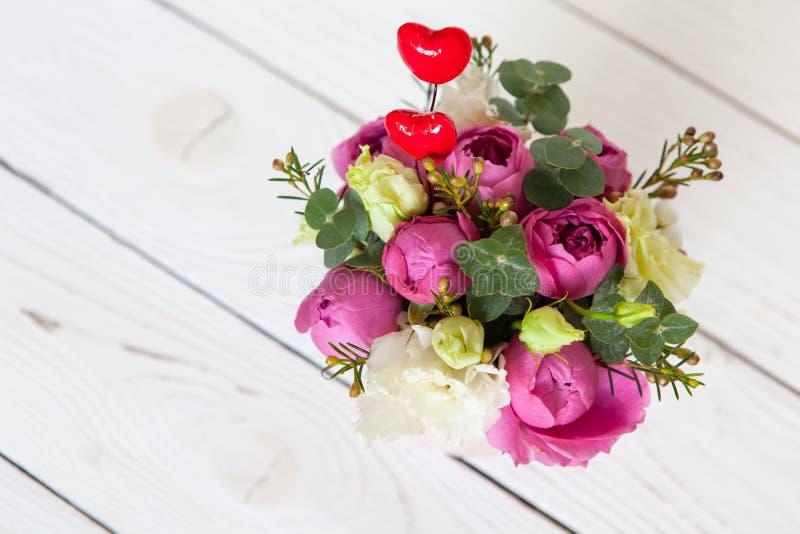 Kreativer Blumenblumenstrau? auf wei?em h?lzernem Hintergrund Fokus auf Blumen, Hintergrund wird verwischt Kopieren Sie Platz f?r lizenzfreies stockfoto