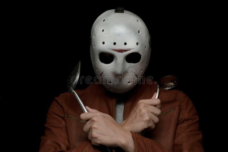 Kreativer Chef mit einer Eishockeymaske im dunklen Hintergrund lizenzfreies stockfoto