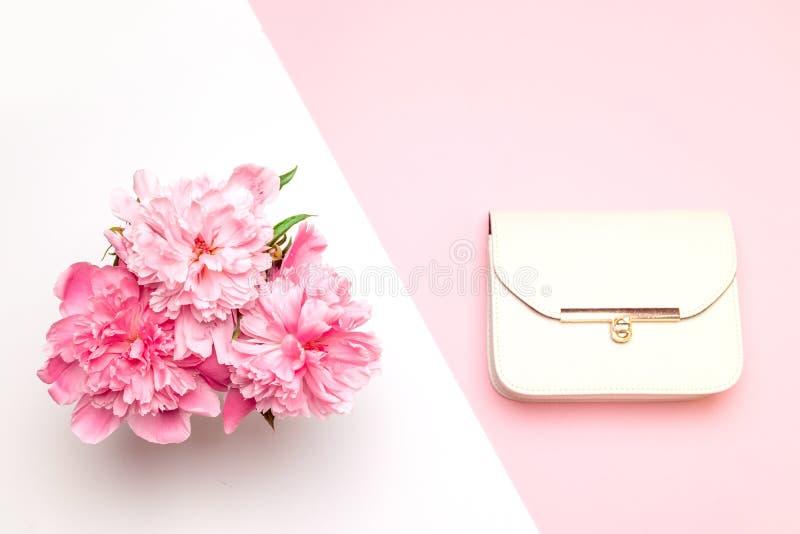 Kreativer compositionof Blumenstrauß von empfindlichen rosa Pfingstrosen und weiße Frauen bauschen sich auf rosa Hintergrund lizenzfreies stockfoto