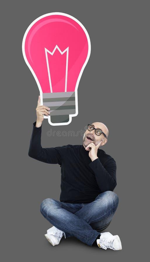 Kreativer Designer, der herauf neue Ideen denkt stockbilder