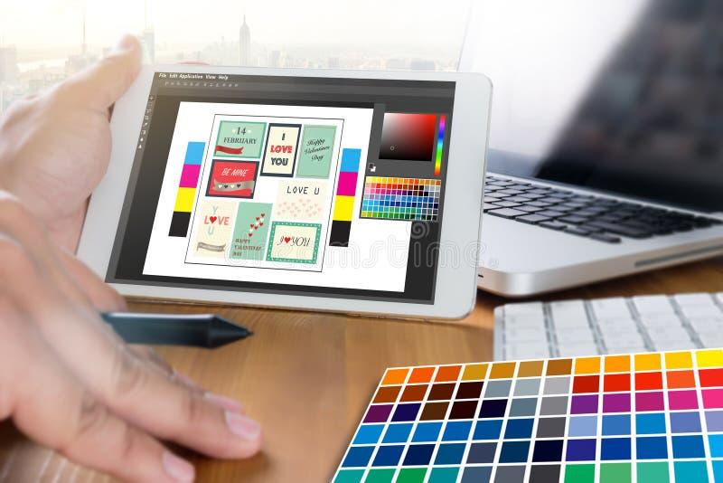 Kreativer Designer Graphic bei der Arbeit Farbmusterproben, Illustr stockfotos